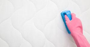 Come pulire le macchie di urina da un materasso